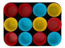 Caisses à la maison de gâteau de papier de traitement au four dans le plateau, d'isolement Photographie stock libre de droits
