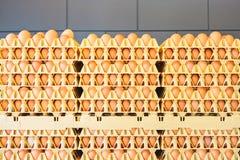 Caisses avec les oeufs frais devant un mur gris Images stock