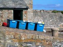 Caisses bleues sur le rampe de port Photographie stock libre de droits