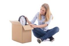 Caisses d'emballage et déplacement de jeune femme d'isolement sur le blanc Photo stock