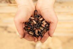 Caisses de cartouches dans les mains Photo libre de droits