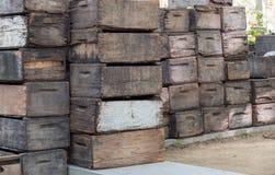Caisses en bois attendant l'expédition au marché Photographie stock