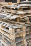 Caisses en bois de chute pour la réutilisation Photos stock