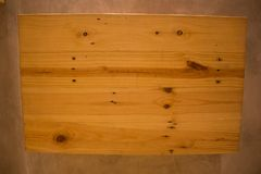 Caisses en bois vides sur le fond de mur Photo libre de droits