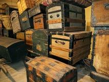 Caisses et musée d'immigration d'île d'Ellis de bagages Photographie stock libre de droits