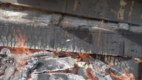 Caisses militaires en bois brûlantes des munitions Feu de camp 2 La cheminée de combustion lente banque de vidéos