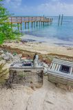 Caisses sur la plage par la jetée et la mer près de Key West, la Floride, Etats-Unis images libres de droits