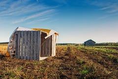 Caisses tombées sur Autumn Field photographie stock libre de droits