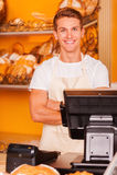 Caissier dans la boutique de boulangerie Photos libres de droits