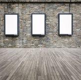 Caisson lumineux en blanc de la publicité trois sur le mur Photos libres de droits