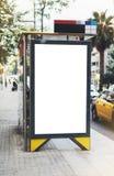 Caisson lumineux vide de la publicité sur l'arrêt d'autobus, maquette de panneau d'affichage vide d'annonce sur la gare routière  image libre de droits