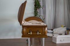 Caixão aberto agência funerária abandonada fotos de stock royalty free