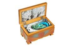 Caixão aberto de madeira com jeweliry isolado no fundo branco Imagens de Stock