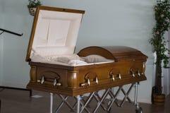 Caixão aberto na agência funerária abandonada imagens de stock royalty free