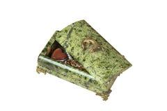 Caixão aberto Nacreous com jeweliry isolado no fundo branco Imagem de Stock Royalty Free