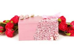 Caixão bonito com as flores no fundo branco Imagem de Stock