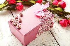 Caixão bonito com as flores no fundo de madeira branco Imagem de Stock Royalty Free