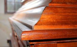 Caixão cinzelado na madeira para o funeral Fotografia de Stock Royalty Free