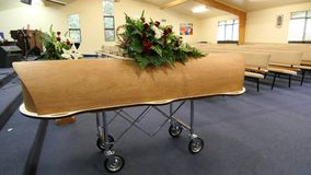 Caixão colorido em um carro fúnebre ou capela antes do funeral ou do enterro no cemitério Imagem de Stock