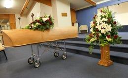 Caixão colorido em um carro fúnebre ou capela antes do funeral ou do enterro no cemitério Fotos de Stock