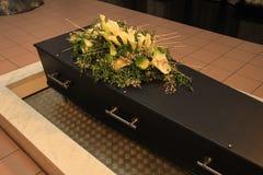 Caixão com flores fúnebres foto de stock royalty free