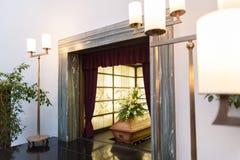 Caixão de madeira com as flores fúnebres no crematório imagens de stock royalty free