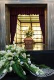 Caixão de madeira com as flores fúnebres no crematório fotos de stock royalty free