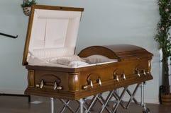 Caixão de mogno em uma agência funerária foto de stock