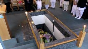 caixão fúnebre em um carro fúnebre ou uma capela ou enterro no cemitério vídeos de arquivo