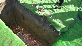 caixão fúnebre em um carro fúnebre ou uma capela ou enterro no cemitério video estoque