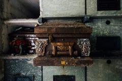 Caixão oxidado - mausoléu abandonado imagens de stock royalty free