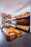 Caixões na agência funerária Foto de Stock