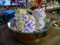 3 caixões porco-dados forma bonitos com cristais de rocha em um suporte espelhado imagens de stock royalty free