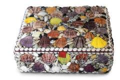 A caixa é decorada com shell do mar em um fundo branco fotos de stock royalty free