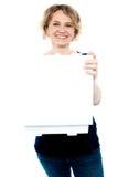 Caixa aberta da pizza da terra arrendada ocasional da mulher Imagem de Stock