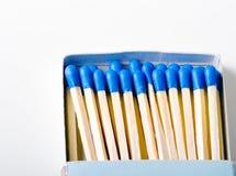 Caixa aberta de fósforos azuis Fotos de Stock Royalty Free