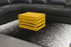 Caixa amarela da maçã como uma mesa de centro Imagem de Stock