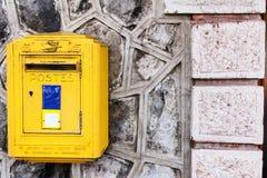 A caixa amarela do cargo na parede da montanha Foto de Stock Royalty Free