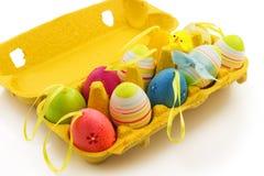 Caixa amarela do presente com ovos da páscoa e a galinha decorativos Imagem de Stock Royalty Free