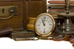 Caixa antiga e coisas velhas diferentes Fotografia de Stock