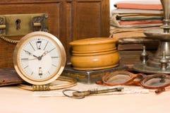 Caixa antiga e coisas velhas diferentes Imagens de Stock Royalty Free