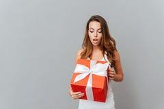 Caixa atual aberta surpreendida bonito da jovem mulher Imagens de Stock Royalty Free