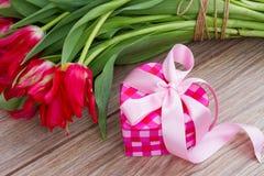 Caixa atual cor-de-rosa com flores Imagens de Stock