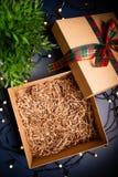 Caixa atual da caixa aberta com a fita no fundo azul cercado por luzes decorativas fotografia de stock royalty free
