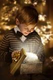 Caixa atual de abertura da criança. Presente de brilho mágico. Fotos de Stock Royalty Free