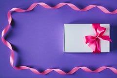 Caixa atual do branco com curva cor-de-rosa Fotografia de Stock Royalty Free