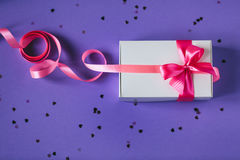 Caixa atual do branco com curva cor-de-rosa Foto de Stock Royalty Free