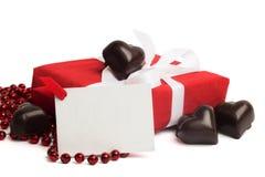 Caixa atual do vermelho com fita branca e doces no branco Fotos de Stock Royalty Free