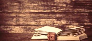 Caixa atual e livro aberto Imagens de Stock