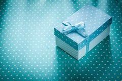 Caixa atual no conceito azul dos feriados do fundo do às bolinhas Fotografia de Stock